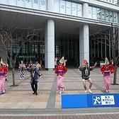 东京马拉松街头表演图