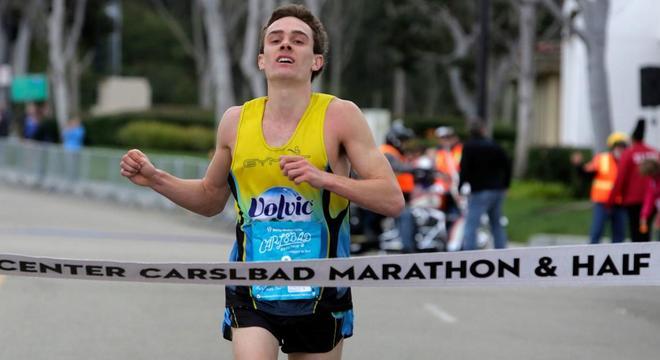人物 | 马拉松跑最快的美国医生:全马215 半马105