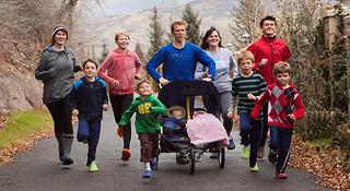 人物   只穿洞洞鞋跑步的帕切夫家族