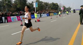 中国马拉松精英的超级星期日(一):董国建带伤夺冠 李子成孤军苦战