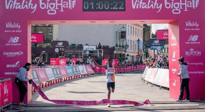 贝克勒破伦敦半马纪录 大迫杰东马破日本记录 | 跑圈十件事