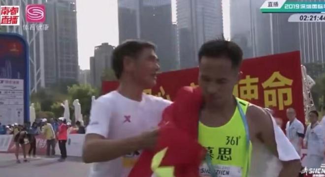 深马再现国旗事件 百万激励计划助力中国马拉松发展 | 跑圈十件事
