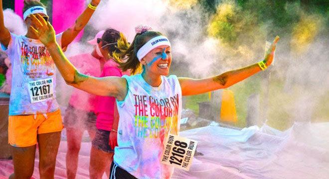 跑在颜料、泥浆中—非传统趣味跑比赛爆炸式增长