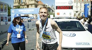 赛道速读 | 鲁普2:06:07夺冠布拉格 东营马冠军600米反超夺冠
