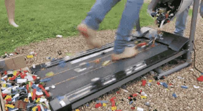 视频 | 国外抖M少年挑战乐高积木跑 不到10秒就大呼f**k