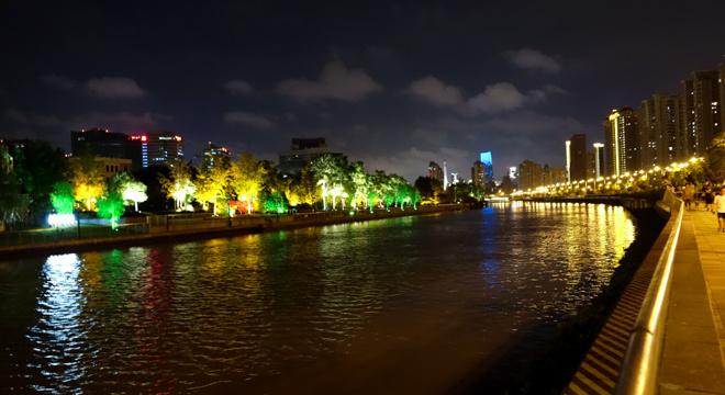 跑在上海之夜荡苏州河