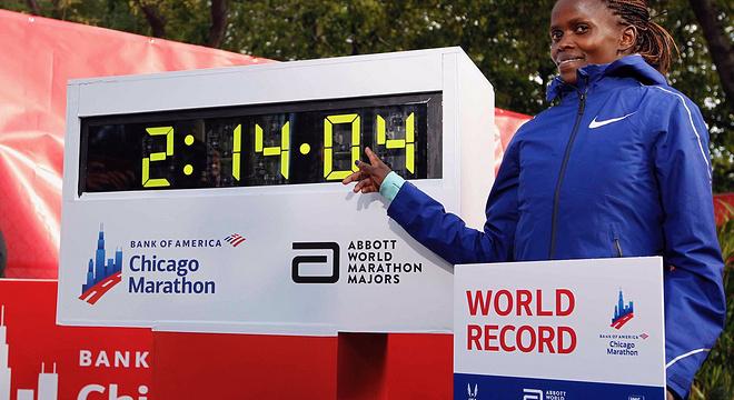 女子马拉松纪录诞生 相当于男子纪录1小时58分 | 跑圈十件事