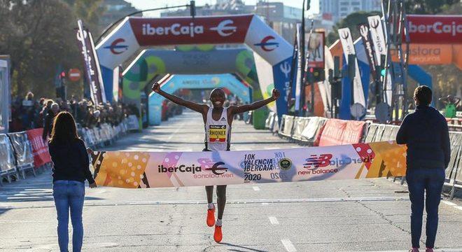 10公里路跑世界纪录再度刷新 基普桑违反兴奋剂条例将被禁赛   跑圈十件事