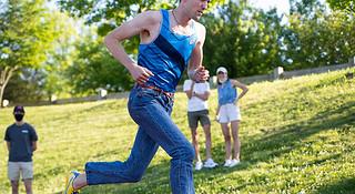 上海发布19年体育赛事影响力评估报告 穿牛仔裤跑1英里世界纪录刷新 | 跑圈十件事