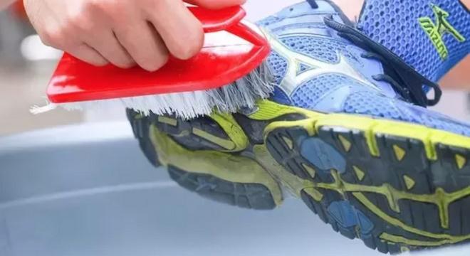 多雨时节难免雨战,你得学习跑鞋的正确清洗姿势