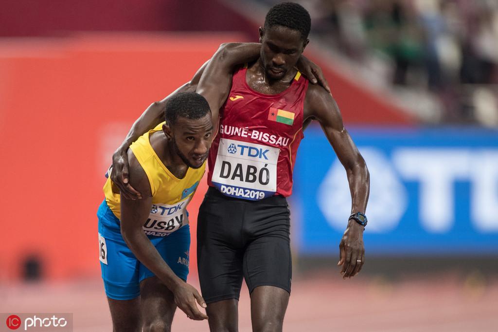 多哈世锦赛现感人一幕 运动员互相搀扶完赛 跑圈十件事