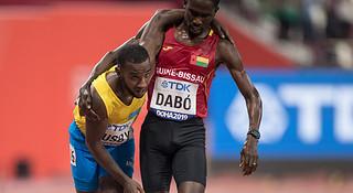 多哈世锦赛现感人一幕 运动员互相搀扶完赛|跑圈十件事