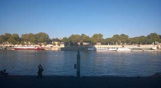 跑在巴黎塞纳河畔