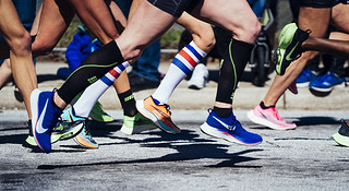 对比美国精英选手穿的跑鞋 我们发现……
