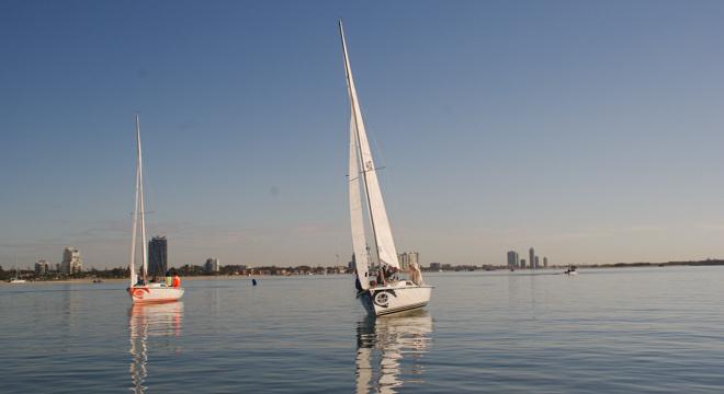 手指着大海的方向—黄金海岸的水上运动