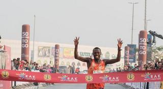 智美0元中标济南马/迈阿密马拉松最后一名背14公斤垃圾完赛