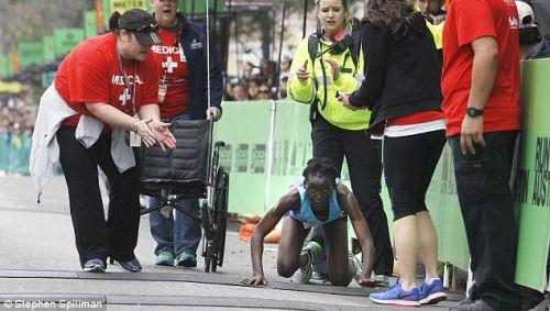 拒绝了上轮椅退赛,Hyvon Ngetich选择一步步爬完最后这段马拉松