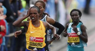 漫跑英伦 |  疼痛阻挡不了冠军 图说伦敦马拉松