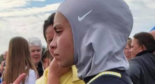 穆斯林学生因为戴头巾被取消跑步比赛资格