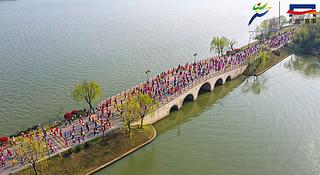 梅子黄雨时,参差三万跑者,百舸争流太湖畔丨2019无锡马拉松