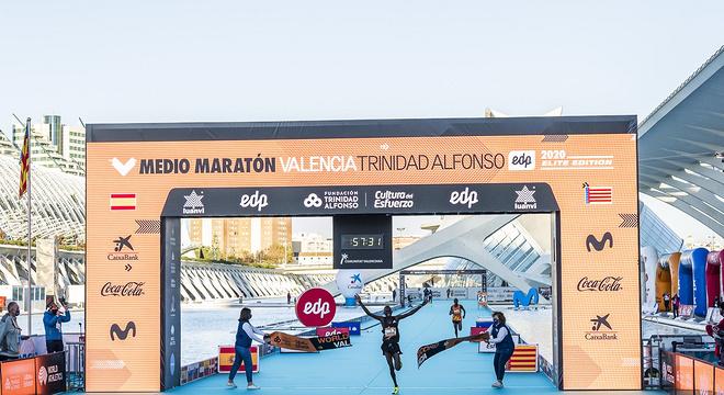 4人打破男子半马世界纪录!瓦伦西亚最快跑道再现神迹!